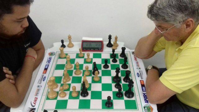 O torneio foi decidido entre a jovem promessa santa-mariense, Leonardo Bortollotti e a experiência do Candidato a Mestre pela FIDE, general Jorge Boabaid. Foto divulgação