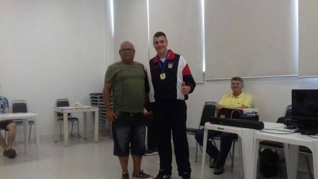 Wilson Tombesi entregou a medalha de Campeão Estudantil invicto ao jovem Jonathan Nogueira, do Colégio Militar de Santa Maria