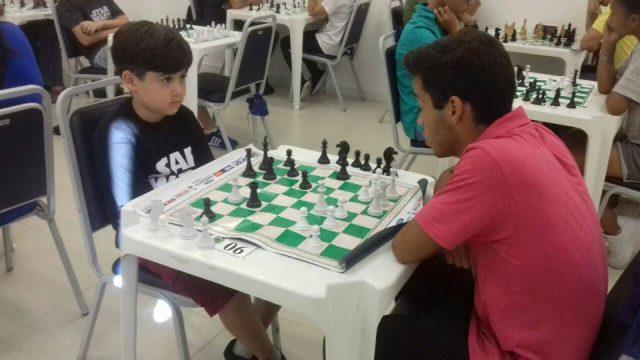 Juan Machado, o último campeão do Jesma Santa Maria, jogando com Davi Miller Porto. O futuro já está jogando xadrez na Associação. Foto divulgação